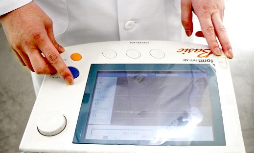 油井クリニックの血圧脈波検査装置